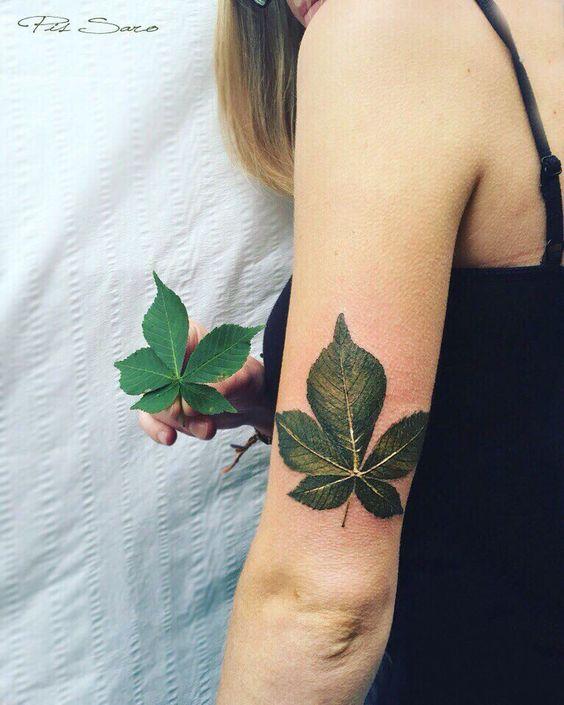 Vemos una chica con un tatuaje precioso