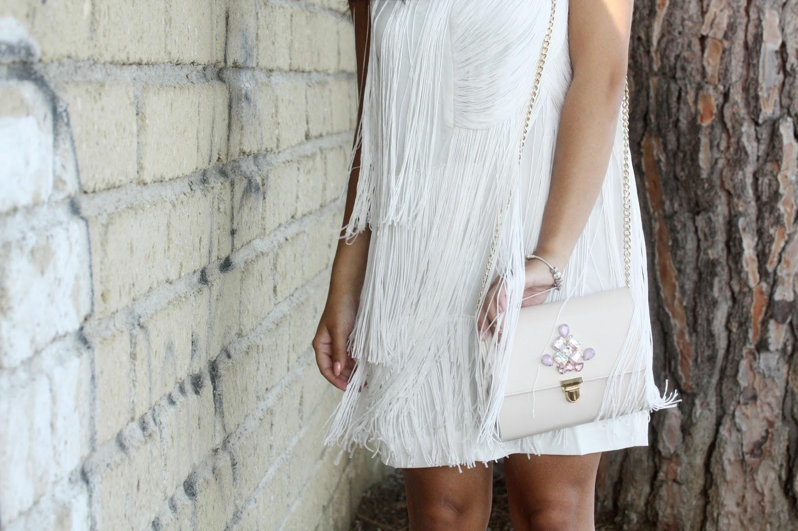 Abito bianco con frange anni \'20 e scarpe argento | Only Shopping ...