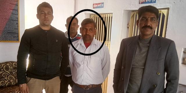 रोजगार सहायक थान सिंह 30 हजार रुपए रिश्वत लेते गिरफ्तार | ALIRAJPUR MP NEWS