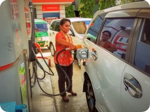 Pertamina Wajibkan Operator Wanita di SPBU Jayapura Kenakan Kebaya