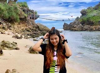 Nabila Maharani di pantai