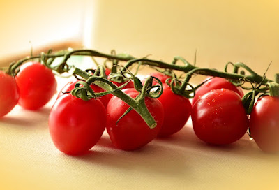 cara menghilangkan flek hitam akibat sinar matahari dengan tomat