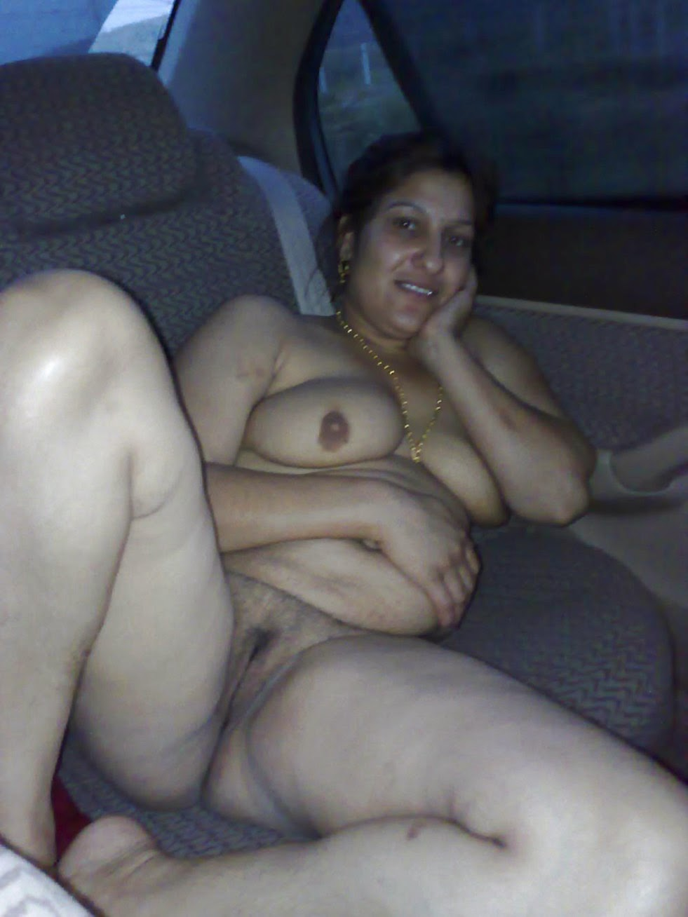 Pakistani Aunty Showing Boobs Pussy In Car-1689