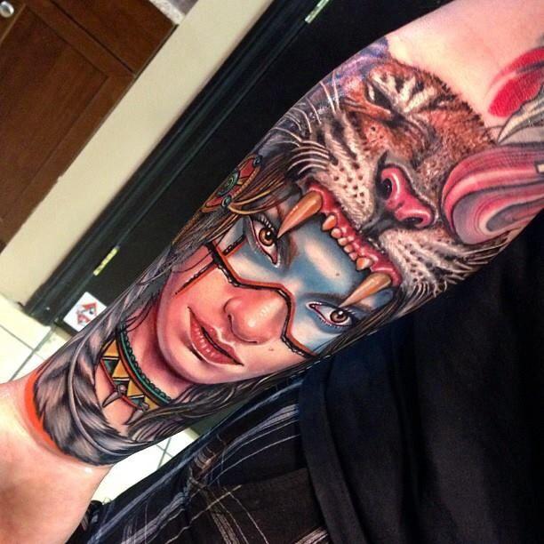 tatuaje de cabeza de chica india que lleva un tigre a modo de capucha