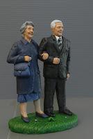 statuetta presepe personalizzata coppia signori anziani ritratti orme magiche