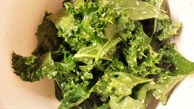 Recipe kale chips: Blend the kale into the oil and parmesan