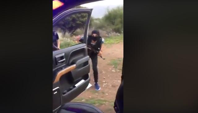 VIDEO: Con su rifle bien enfundado sicarios hacen la  #ChonaChallenge pura Gente Nueva a la vrga dicen
