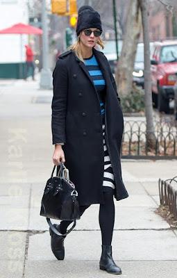 カーリー・クロス(Karlie Kloss)は、ラグアンドボーン(Rag & Bone)のコート、オープニングセレモニー(Opening Ceremony)のニットワンピース、アレキサンダーマックイーン(Alexander McQueen)のバッグを着用。