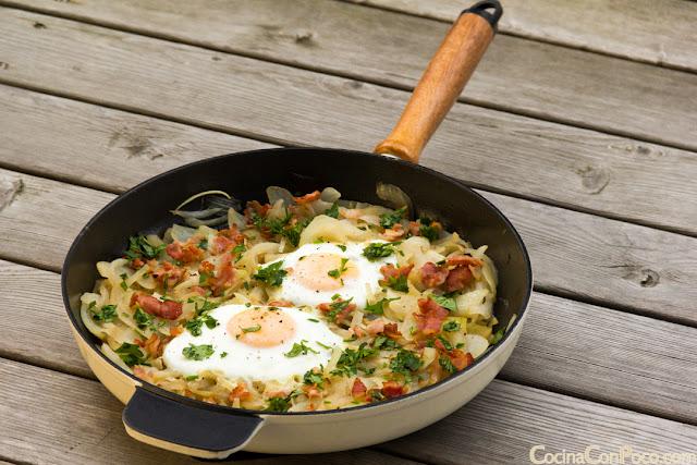 Sarten de cebolla pochada, huevo y bacon - Receta facil