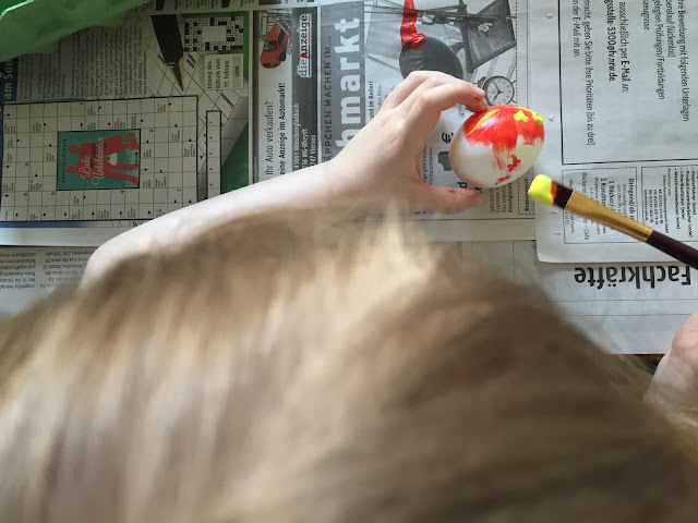 Ostereier bemalen mit Kindern - Bjarne malt