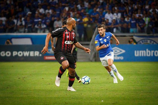 Cruzeiro empata com Atlético PR e avança na Copa do Brasil