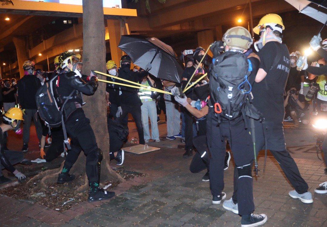 Devīto nedēļu Honkongā turpinās sadursmes ar policiju