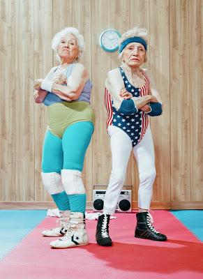 Abuelas divertidas preparadas para hacer deporte