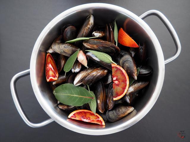 Mejillones al vapor con aderezo de naranja sanguina, vermut rojo, salvia, laurel y ajo.