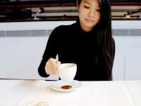 Artista Red Hong Yi comenzando su obra con café