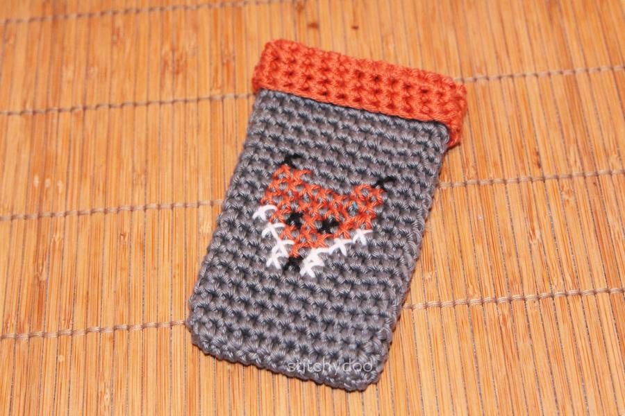 stitchydoo: Die Füchse sind los | Kreuzstich auf gehäkelter Handytasche