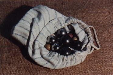 Sac de billes : boulets, agates, billes en terre (collection musée)