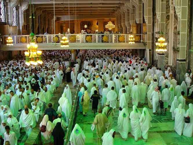Jamaah haji dan umroh Sa'i berada di daerah di antara dua rambu hijau.