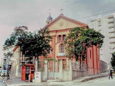 Mater Dolorosa Katolik Kilisesi, Samsunun farklı ibadet mekânlarından biridir.Katolik halkı için hizmet veren kilise, 1845 yılında Gürcistandan göç eden İtalyan asıllı 8 rahip ve Katolik vatandaşların yaşamasından dolayı V. Murat tarafından yaptırılmıştır. O dönemlerde Samsunun nüfusunun %30u Hıristiyan'dı.  Rahipler ilk olarak bölgede çocuklar için bir okul inşa etmiş ve rahibeleri yardım için çağırmışlardır. O yıllarda Osmanlı padişahı olan V. Murat Hıristiyanlar ve Müslümanların birlikte yaşamalarını destekliyordu. Bu sebepten dolayı, Hristiyanların da yaşadığı bölgeye bir kilise inşa edilmesi için emir vermiştir. Kilise 1885 yılında tamamlanmış ve hizmet vermeye başlamıştır.  Mater Dolorosa Katolik Kilisesi, günümüzde muazzam mimarisiyle turistlerin yoğun ilgisini görmeye devam ediyor. Samsun gezinizde Mater Dolorosa Katolik Kilisesini mutlaka gezmelisiniz.