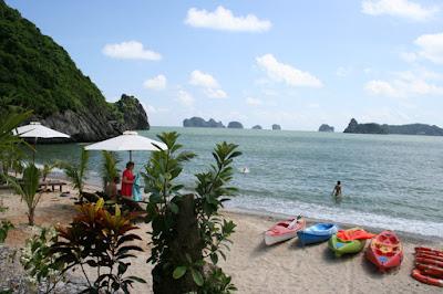 Bãi tắm trên đảo Cát Bà - Hạ Long