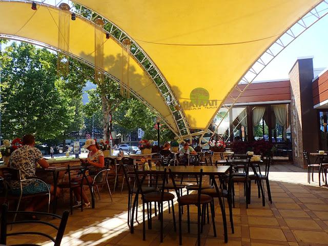 Iljiczewsk stoi platanami - zarówno kafebarem, jak i drzewami