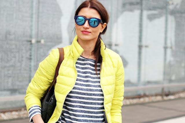 benetton, tatuum, neony, lemon, kolor na wiosne, wiosnenny styl, kurtka puchowa, puchówka, marynarskie paski, casual style, novamoda style, żółta puchowa kurteczka, street style, jak nosić, blog moda, blog modowy, moda po 40ce, styl, moda, modne trendy, musthave sezonu,