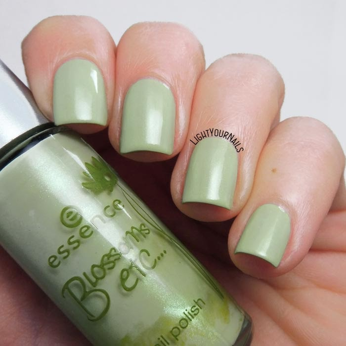 Smalto olografico nude rosa Smalto verde menta Essence A Hint of Mint (Blossoms Etc. TE) mint green nail polish