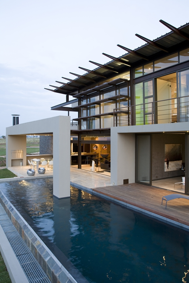 Swimming pool in Serengeti House by Nico van der Meulen Architects