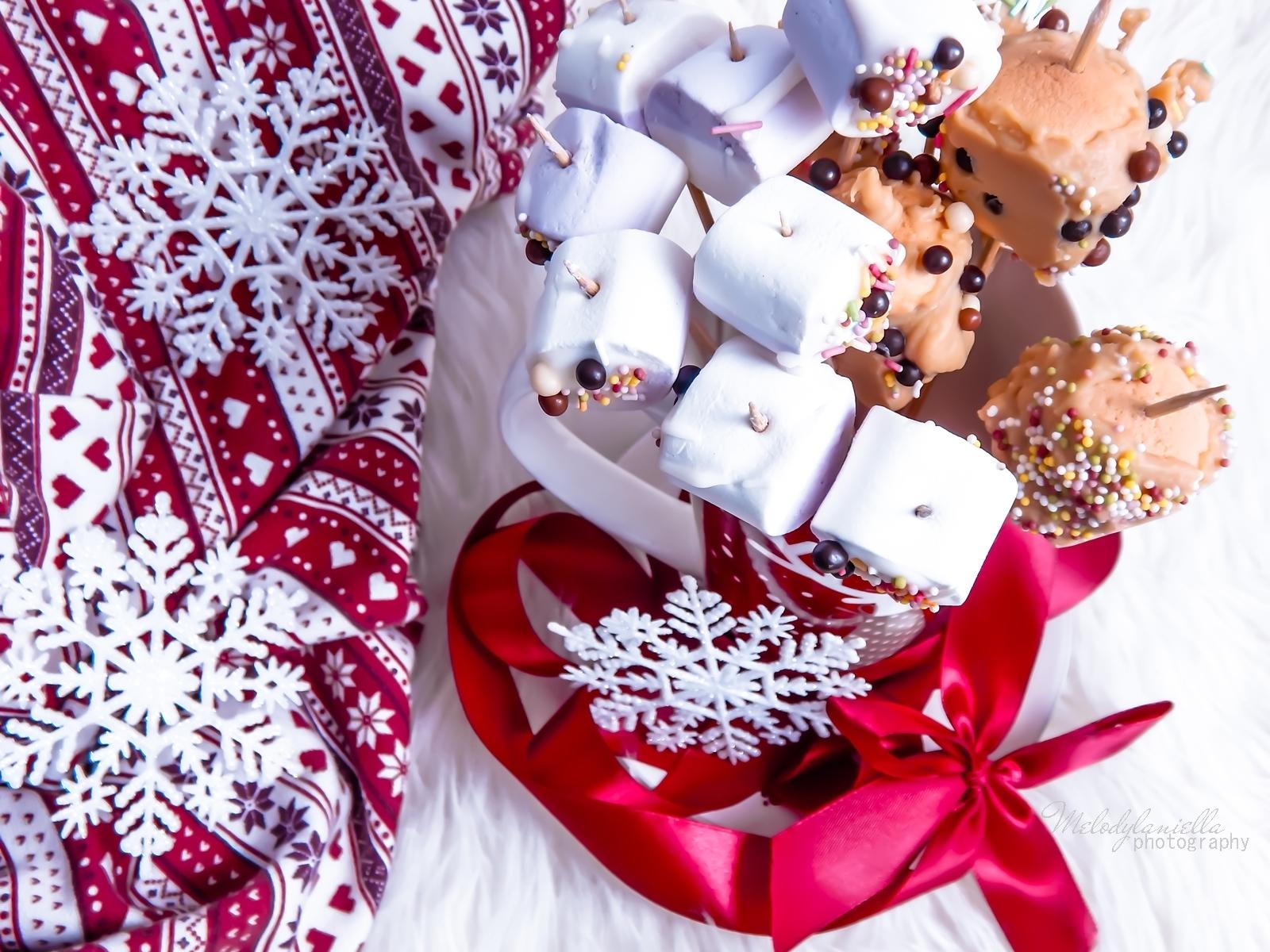 8 szybkie przekąski z pianek jojo, czekolady, banana, swiateczne przysmaki na wykalaczkach efektowne słodycze na Boze Narodzenie zimowe slodkosci melodylaniella kolorowe