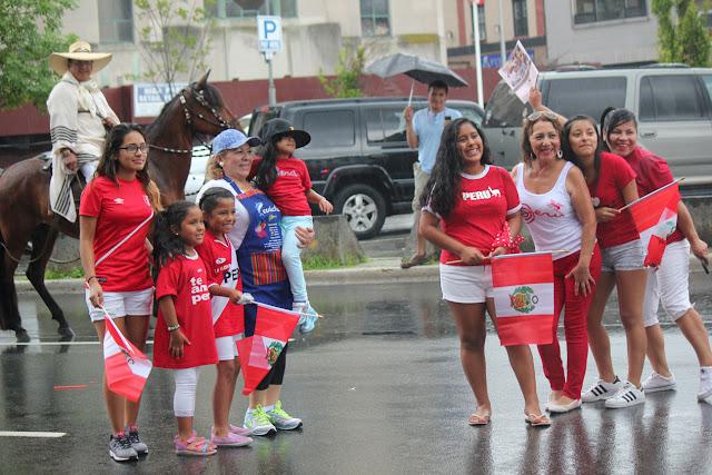 grupo de familia disfrutando de la fiesta patria en la parada peruana de paterson
