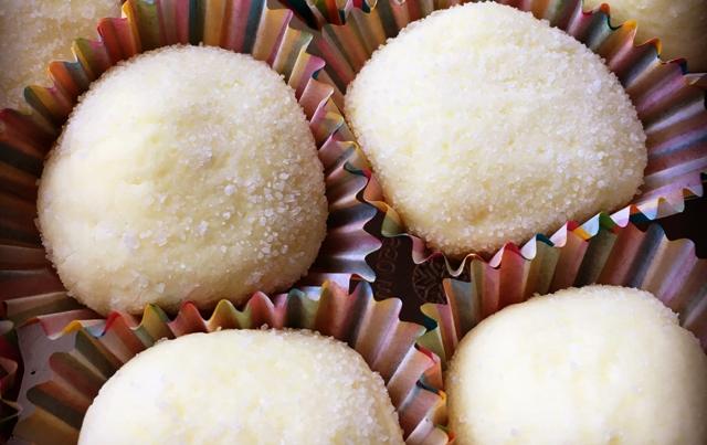 Imagem de Brigadeiro de leite ninho com leite condensado branquinhos e gostosos cobertos com leite em pó