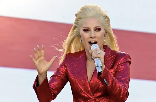 Lady Gaga canta l'inno nazionale americano al Super Bowl e gli americani impazziscono