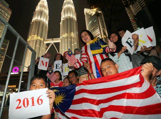 Sambutan ambang merdeka 2016 di perkarangan Taman KLCC, Kuala Lumpur, 6 gambar sambutan ambang malaysia merdeka 2016, gambar sambutan ambang merdeka ke-59 bersama perdana menteri datuk seri najib razak, debaran menuju ambang merdeka 2016 menunggu detik jam 12 tengah malam tanggal 31 ogos 2016, konsert merdeka sehati sejiwa sempena hari kebangsaan malaysia 2016