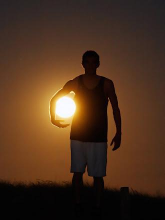 Güneşi top gibi koltuk altında tutan sporcu