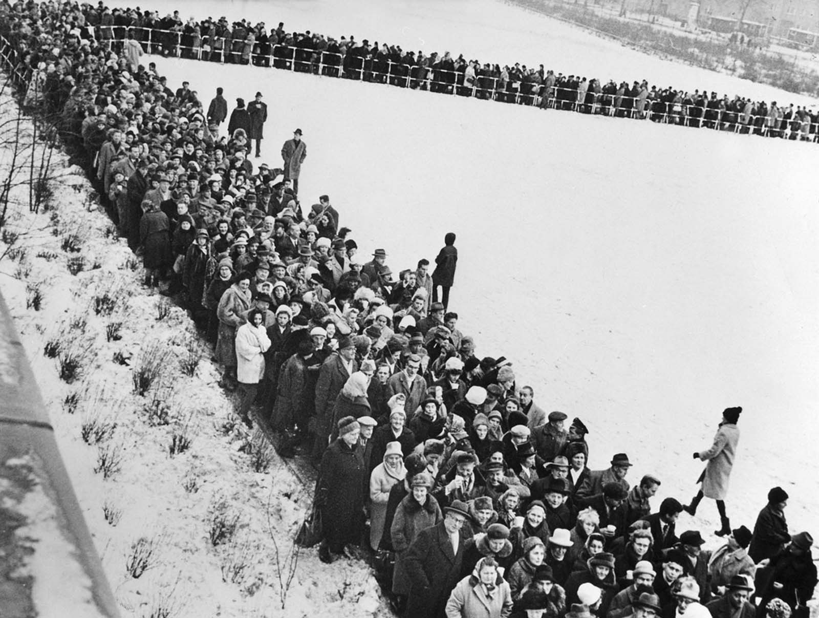 Thousands of people line up at the Schillerstrasse in Charlottenburg, Berlin, to apply for a passage slip to get across the border on December 19, 1963.