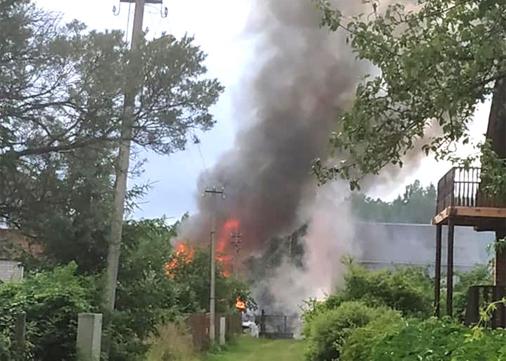 Liesmas un dūmi no ugunsgrēka