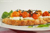 ruschetta de mozarella y tomates cherrys