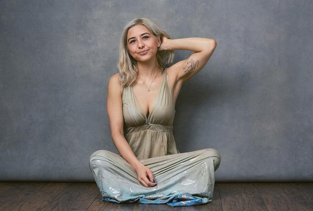 Портрет девушки сидящей на полу