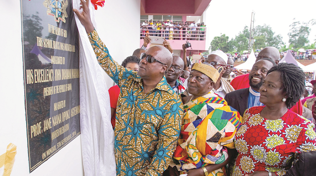 President Mahama unveiling a plaque to inaugurate the Agona Abodom SHS