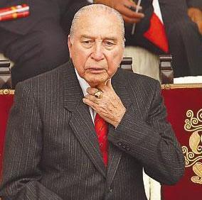 Foto de Francisco Morales Bernúdez con terno