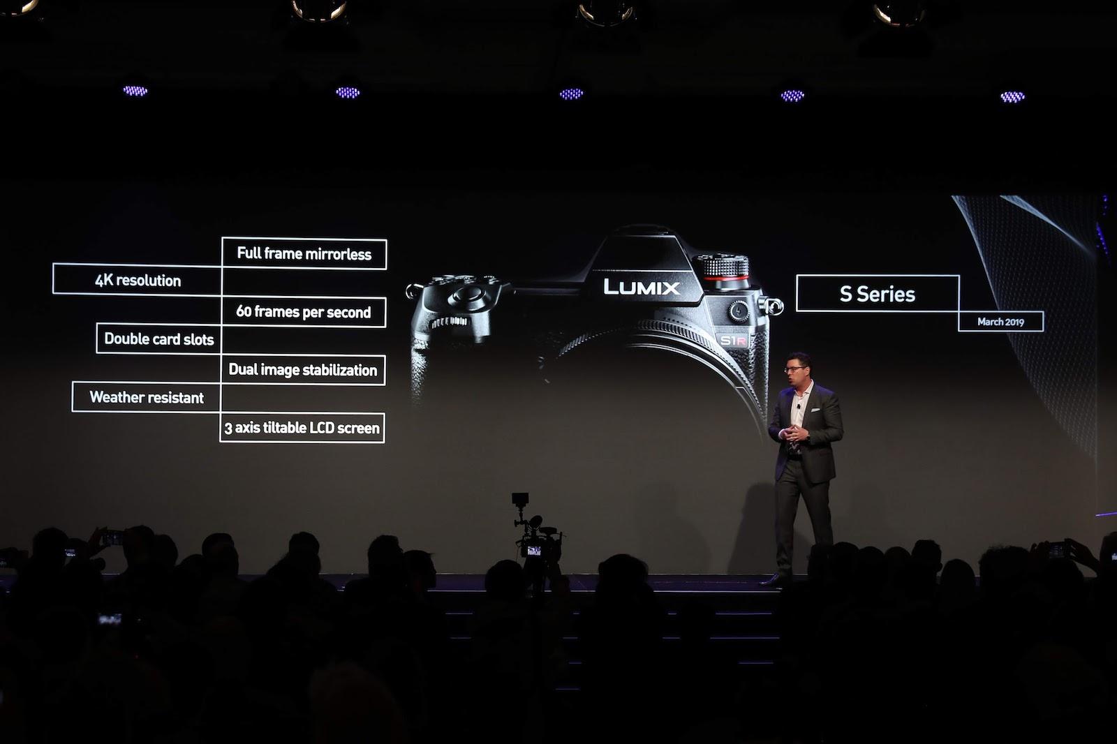 Главные характеристики Panasonic Lumix S на презентации