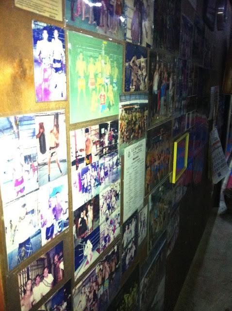 Muro de fotografías de combates