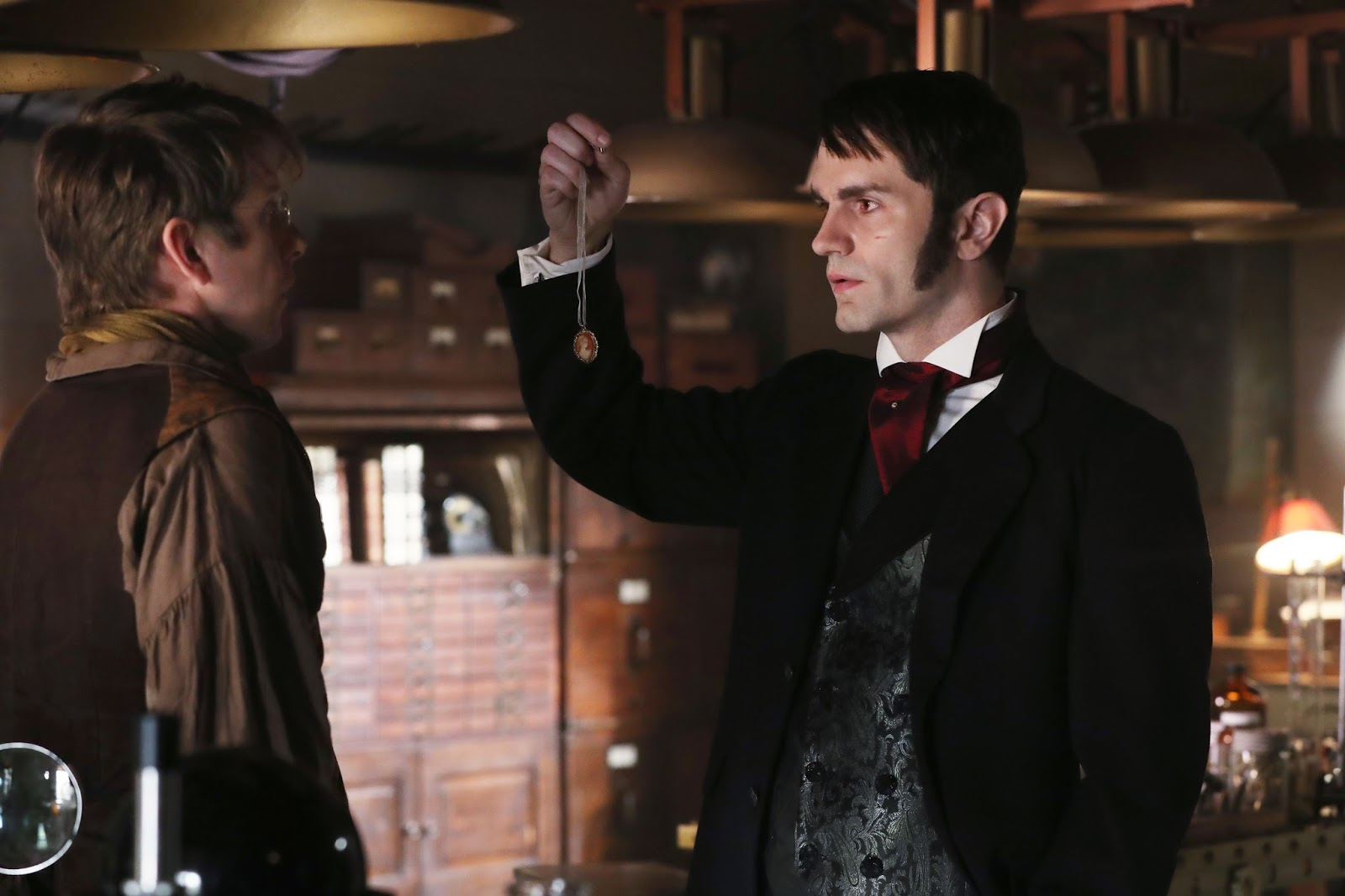 Once Upon a Time 6x04. Mr. Hyde le revela al Dr. Jekyll cómo le ha encontrado enseñándole el camafeo de Mary