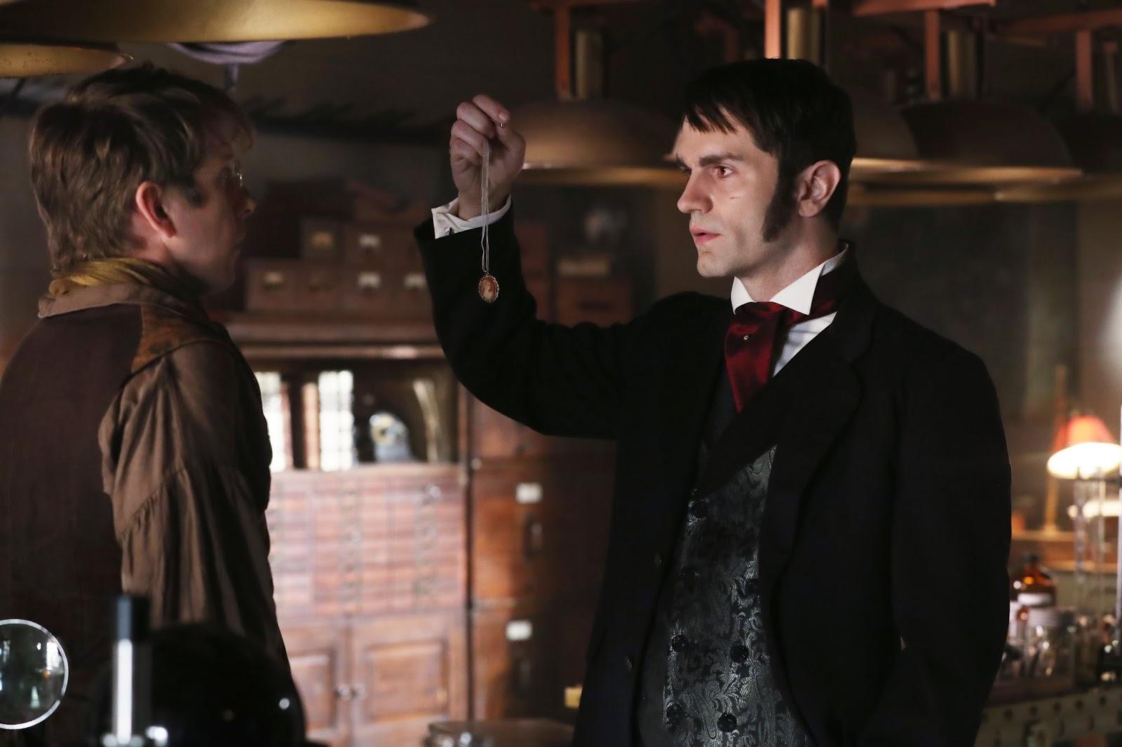 Once Upon a Time 6x04. Mr. Hyde le revela al Dr. Jekyll cómo le ha encontrado enseñándole el camafeo de Mary