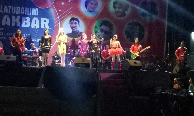 Sajikan Hiburan Artis, Acara Silaturahmi Haji Isam di Bone Dibanjiri Warga