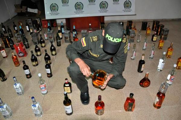 Asegurados siete policías que escoltaban camiones con licor adulterado