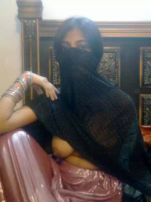 desi cute bhabi nude showing boobs black nipples photos