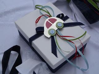 κουτί μαρτυρικών λευκό μπλε κόκκινο με μεταλλικό αυτοκινητάκι
