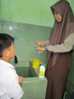 menjaga bak mandi bebas dari jentik nyamuk