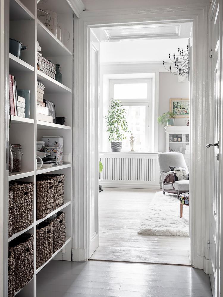 Pasillo blanco en un piso nórdico